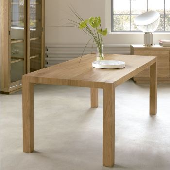 Vista, bonita mesa en madera natural al estilo nórdico