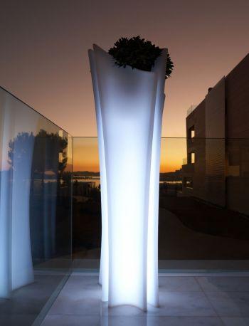 Macetero ALMA LLUM iluminado de VONDOM por Joaquín Torres y Rafael Llamazares