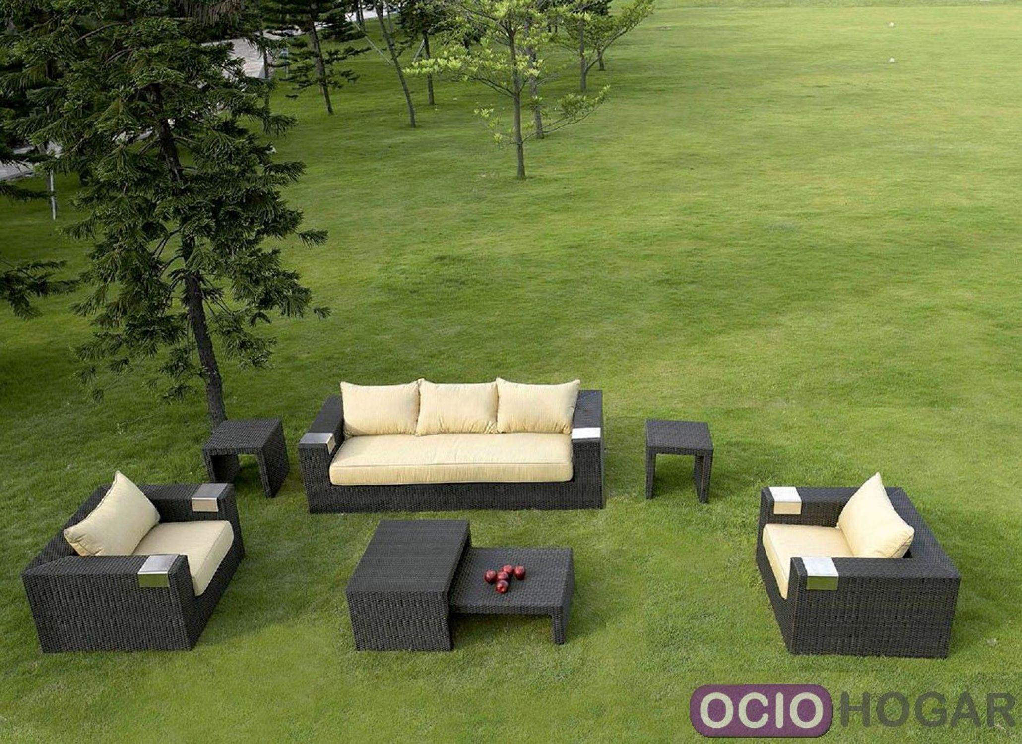Conjunto de exterior compuesto de sof sillones y mesas for Conjunto sillones exterior