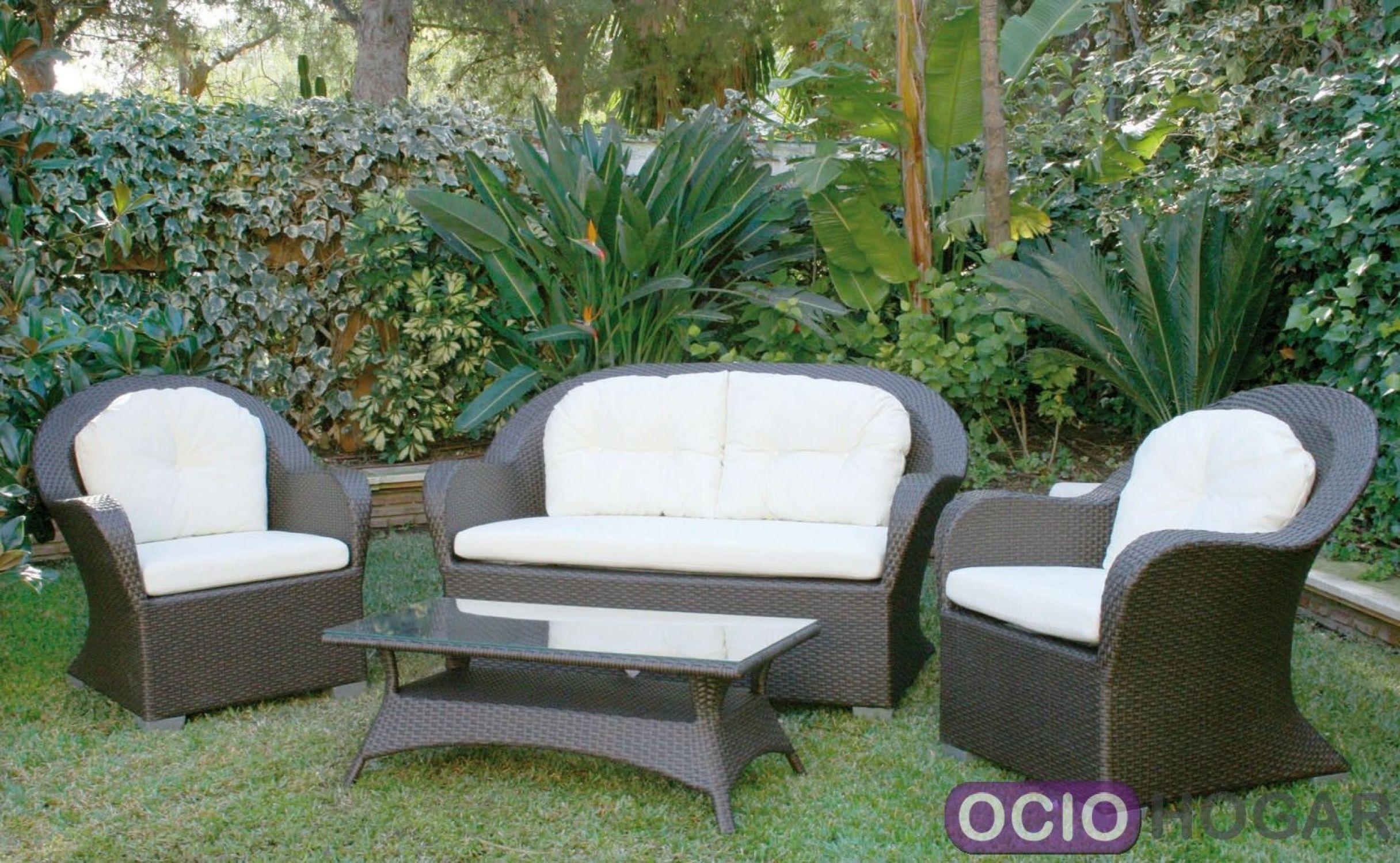 Conjunto de jard n formado por sof s sillones y mesa for Conjunto de sofas para exterior