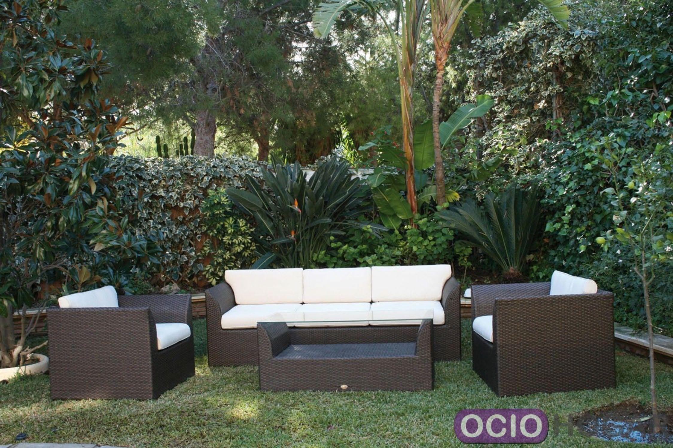 Conjunto de jard n formado por sof sillones y mesa de for Conjunto exterior jardin