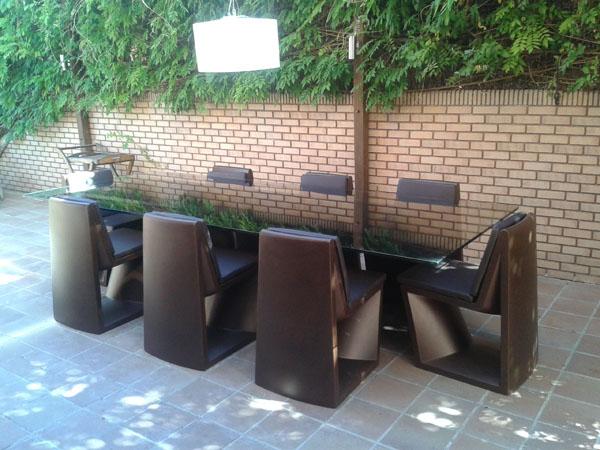 Conjunto REST de VONDOM de 3 x 1,2 con 8 sillas en bronce